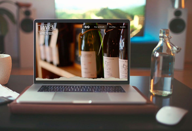Display af website for Love's cafeer i Aarhus
